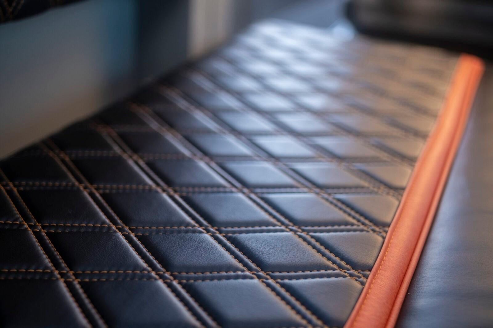Контрастная прострочка швов дивана и кресел в салоне