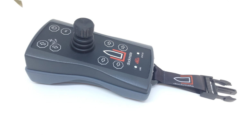 Система Dockmate - пульт дистанционного управления, подключенный к приводам двигателя, носовому подруливающему устройству и якорной лебедкой