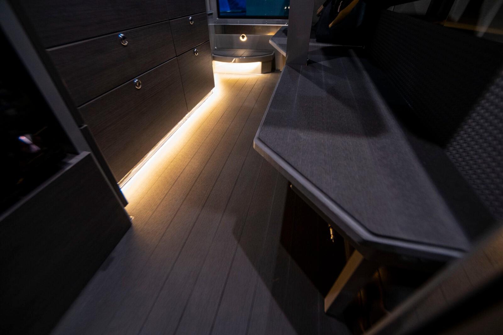 Покрытие палубы в салоне и носовой каюте Estech Design