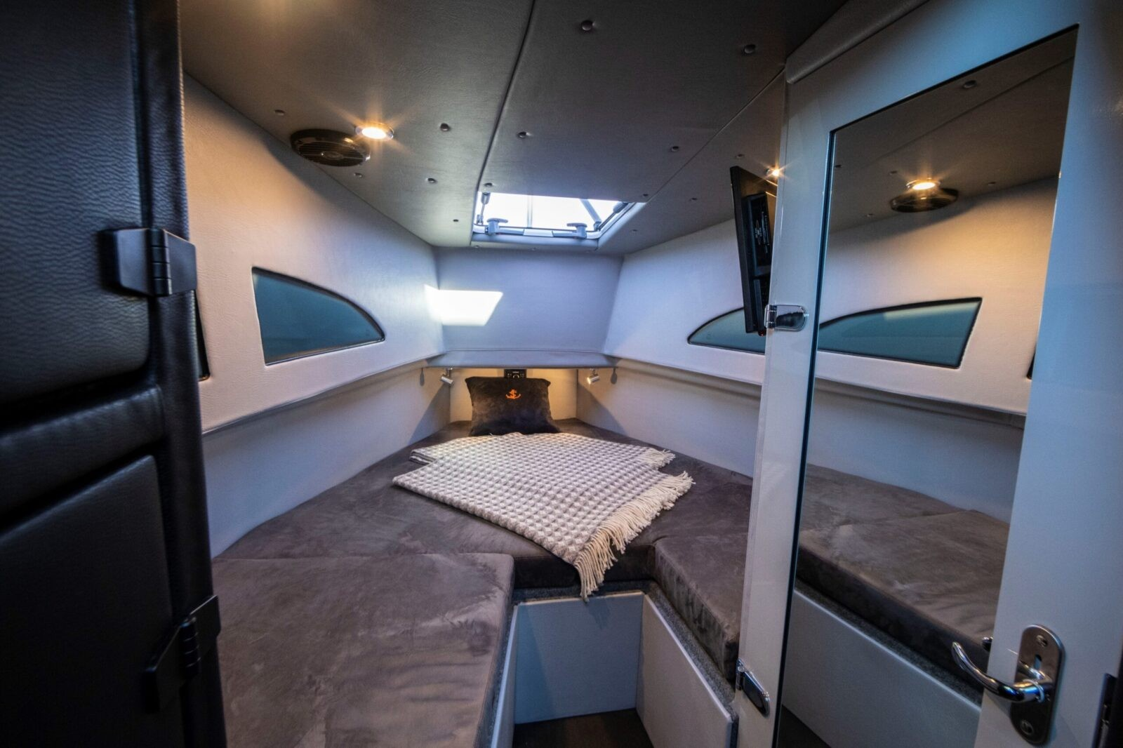 Носовая каюта с дверью из салона и отдельным аварийным выходом с кроватью для двоих человек
