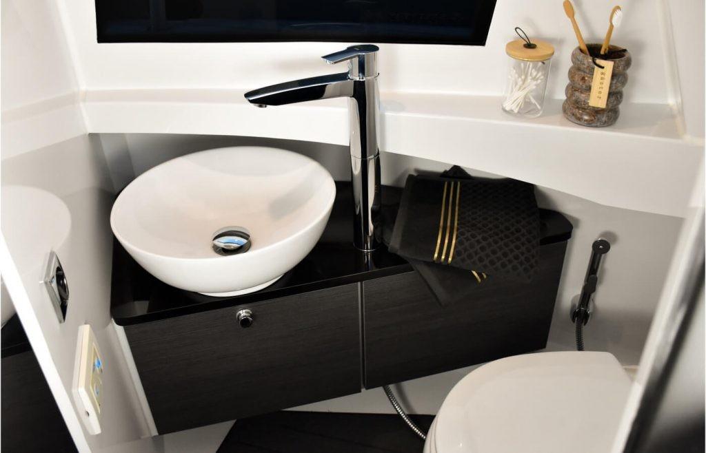 Отдельный санузел с электрическим смывом (требуется система пресной воды)
